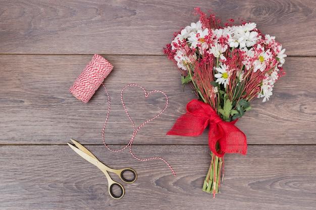Buquê de flores com coração de corda