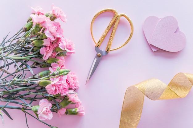 Buquê de flores com corações de papel na mesa