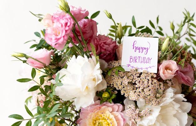 Buquê de flores com nota de aniversário