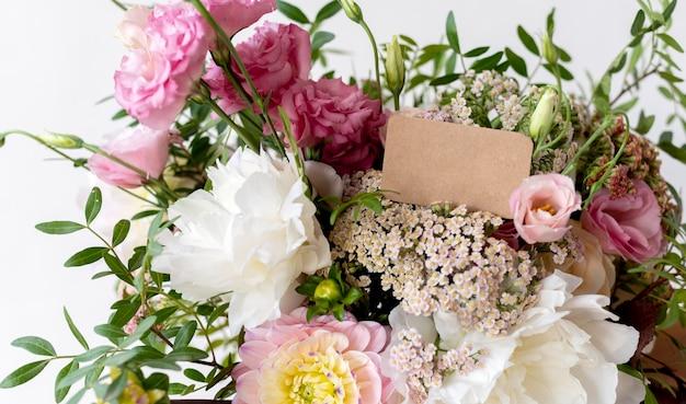 Buquê de flores com nota