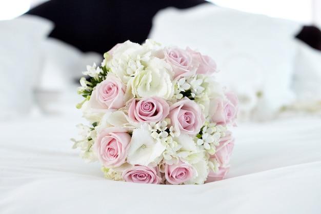 Buquê de flores com rosas cor de rosa e brancas