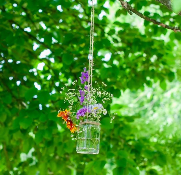 Buquê de flores com um banco