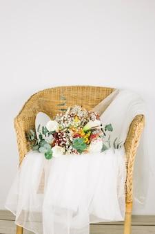 Buquê de flores com véu de noiva