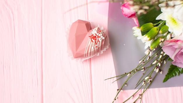 Buquê de flores contra uma placa de madeira