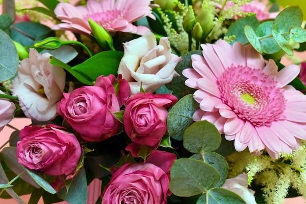 Buquê de flores cor de rosa e folhas verdes