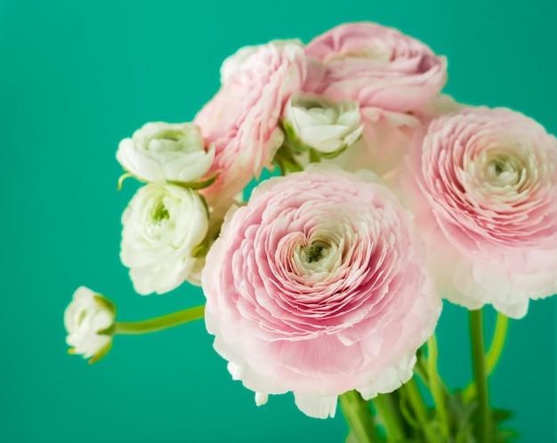 Buquê de flores cor de rosa em fundo verde