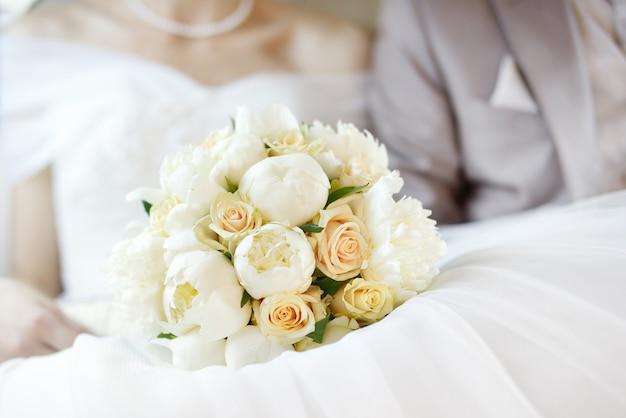 Buquê de flores de casamento com casal recém-casado