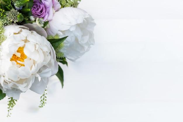 Buquê de flores de grandes peônias e rosas pastel