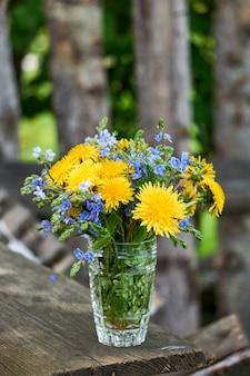 Buquê de flores de leão e veronica em um copo