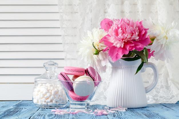 Buquê de flores de peônia rosa e branco em painéis de parede