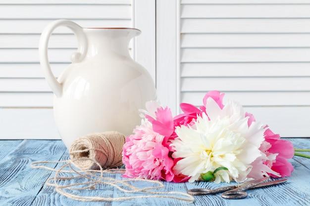 Buquê de flores de peônia rosa e branco