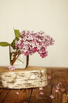 Buquê de flores de primavera lilás sobre fundo de madeira.