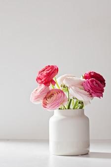 Buquê de flores de ranúnculo rosa e branco