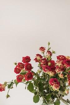 Buquê de flores de rosas vermelhas em branco