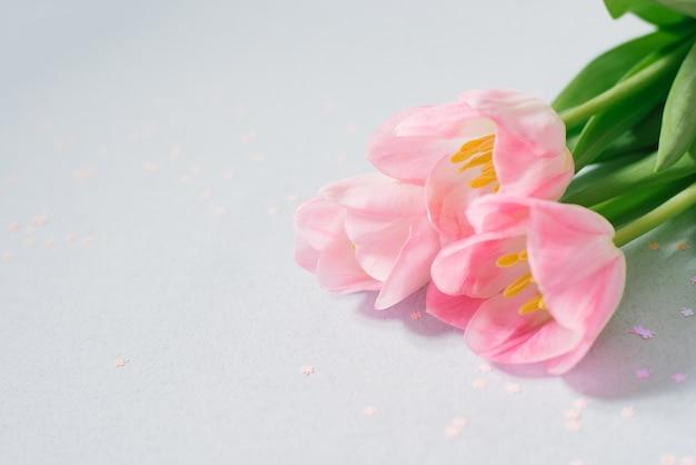 Buquê de flores de tulipa rosa com espaço de cópia