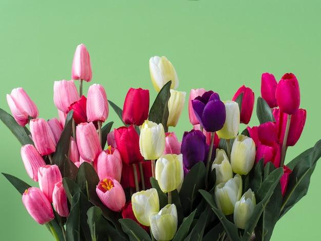 Buquê de flores de tulipas em fundo verde