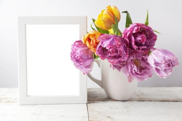 Buquê de flores de tulipas frescas e moldura em branco