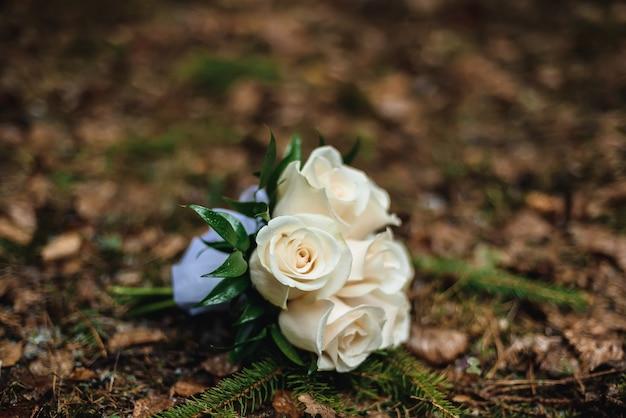Buquê de flores do casamento encontra-se na folhagem