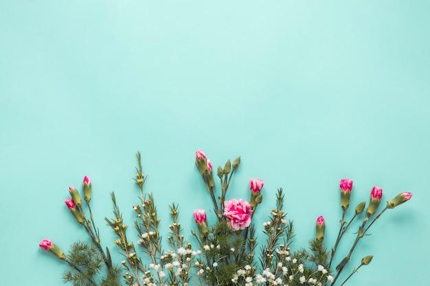 Buquê de flores e galhos de coníferas