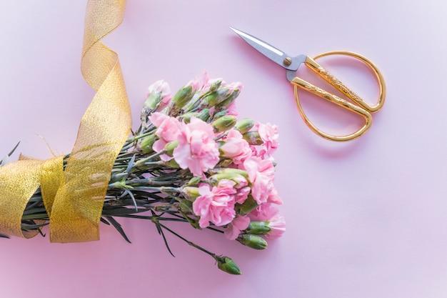 Buquê de flores em fita amarela