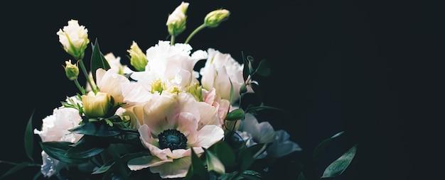 Buquê de flores em fundo preto lindo arranjo floral flores criativas e design florístico ...