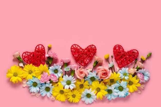 Buquê de flores em fundo rosa, cartão de dia dos namorados. copie o espaço