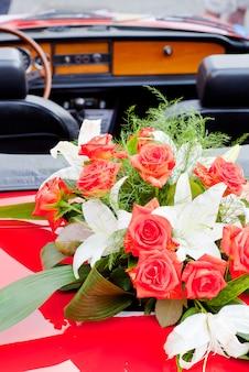 Buquê de flores em um carro vermelho