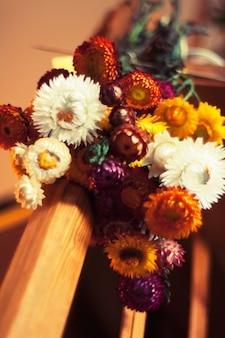 Buquê de flores em uma barra de madeira
