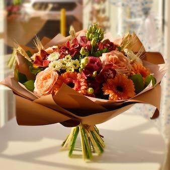 Buquê de flores em uma mesa