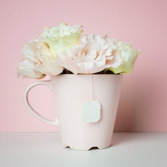 Buquê de flores em xícara de chá