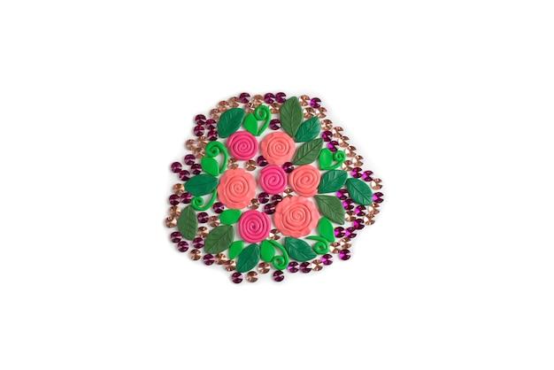 Buquê de flores feitas de plasticina em um fundo branco rosas e folhas flat lay