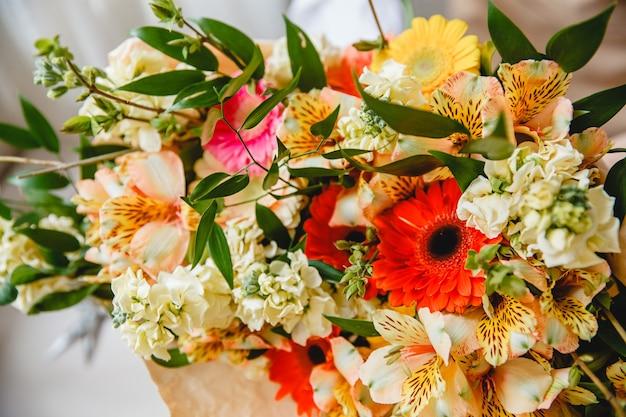 Buquê de flores frescas coloridas embrulhado em papel