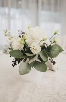 Buquê de flores frescas na mesa de casamento. a decoração do restaurante