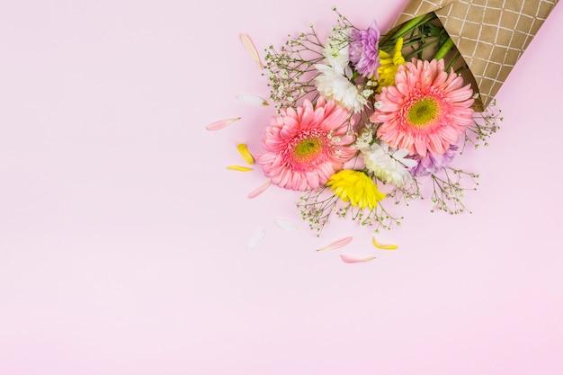 Buquê de flores frescas no envoltório