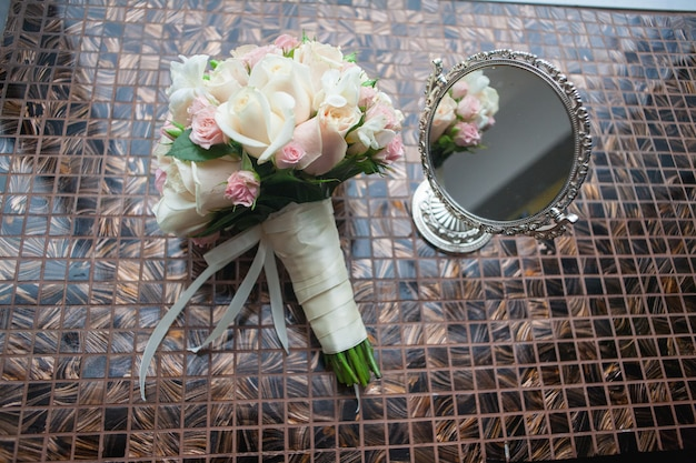 Buquê de flores, incluindo hypericum vermelho, rosas, lírios do vale, mini rosas, eucalipto semeado, astilbe, scabiosa, pieris e hera