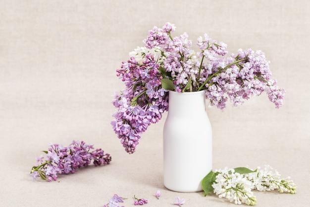Buquê de flores lilás brancas e violetas coloridas em vaso de cerâmica