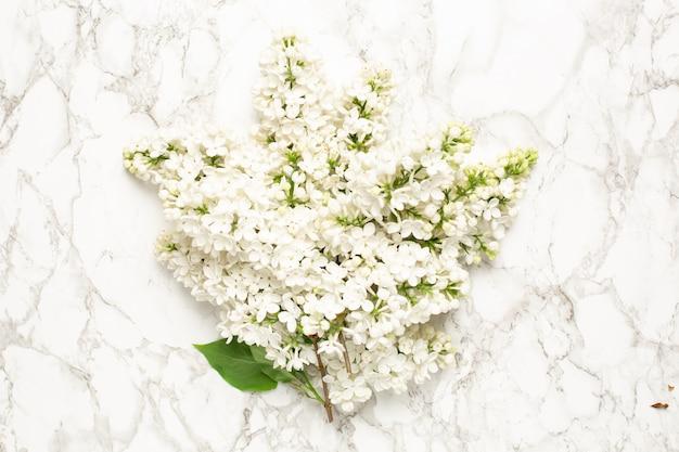 Buquê de flores lilás branco