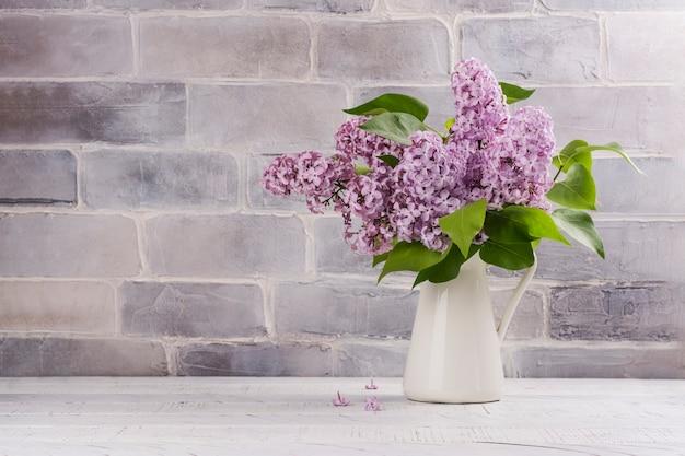 Buquê de flores lilás em branco