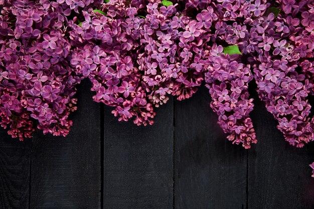 Buquê de flores lilás linda sobre fundo preto de madeira.