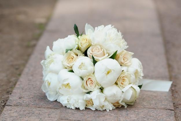 Buquê de flores lindo casamento ao ar livre