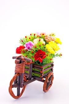 Buquê de flores lindo e colorido na cesta de madeira no carro
