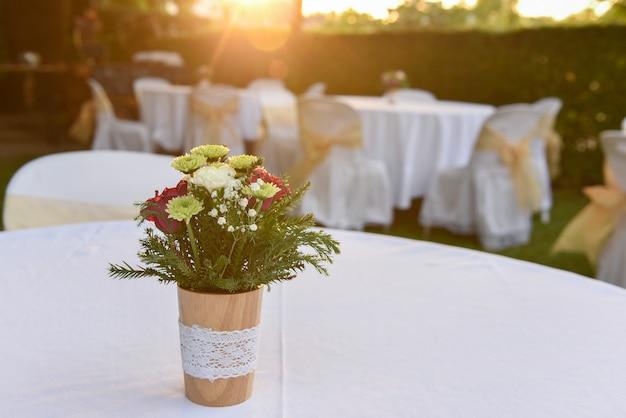 Buquê de flores lindo em cima da mesa com a luz do sol suave que brilha pela manhã