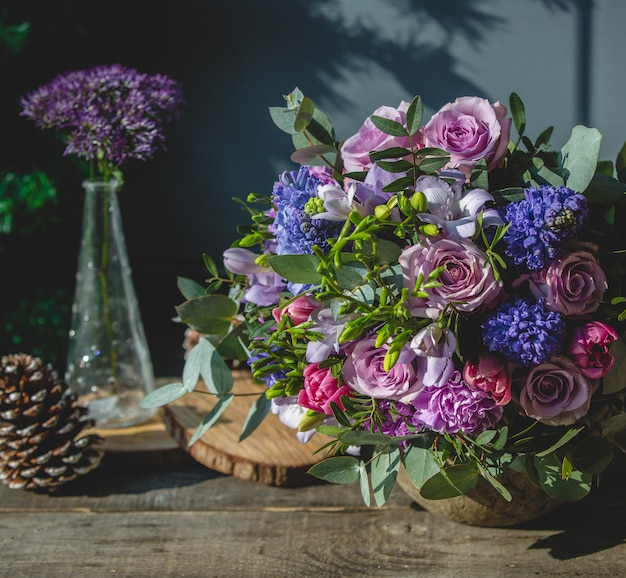 Buquê de flores mistas em uma mesa de madeira