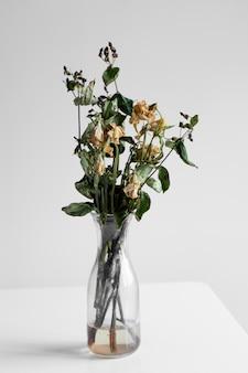 Buquê de flores murchas em um fundo branco
