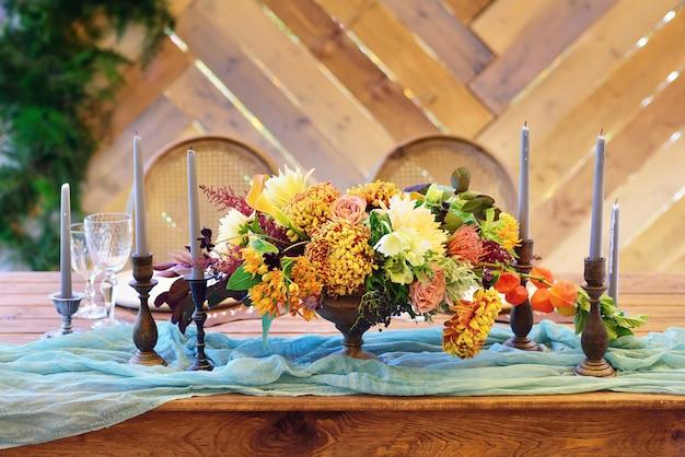 Buquê de flores na mesa com velas