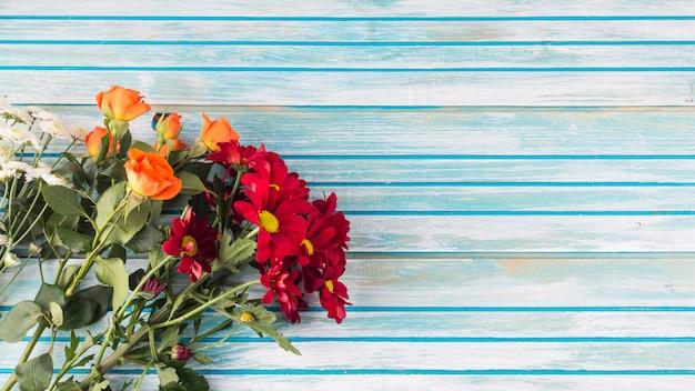 Buquê de flores na mesa de madeira
