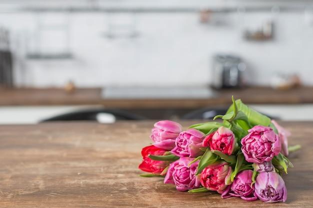 Buquê de flores na mesa na cozinha