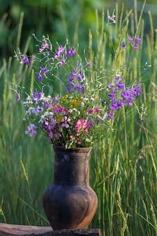 Buquê de flores no pote. várias flores coloridas da primavera.