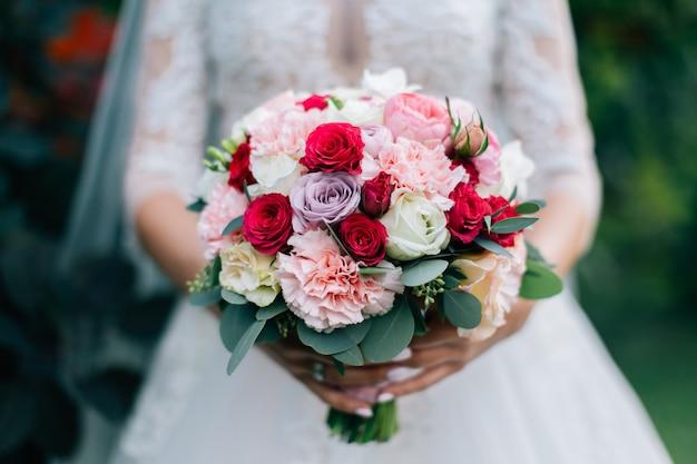Buquê de flores, realizada pela noiva closeup. fundo verde