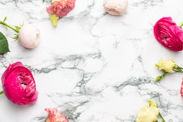 Buquê de flores rosa e branca em fundo de mármore com vista superior do copyspace